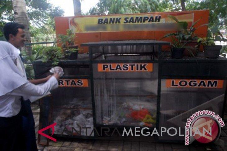 Puluhan warga lansia di Citarik bekerja mengelola sampah