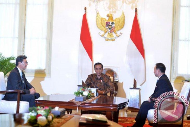 Jokowi invites two Korean ambassadors