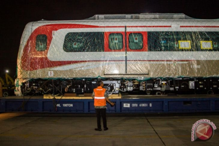 Rangkaian LRT tiba di Jakarta