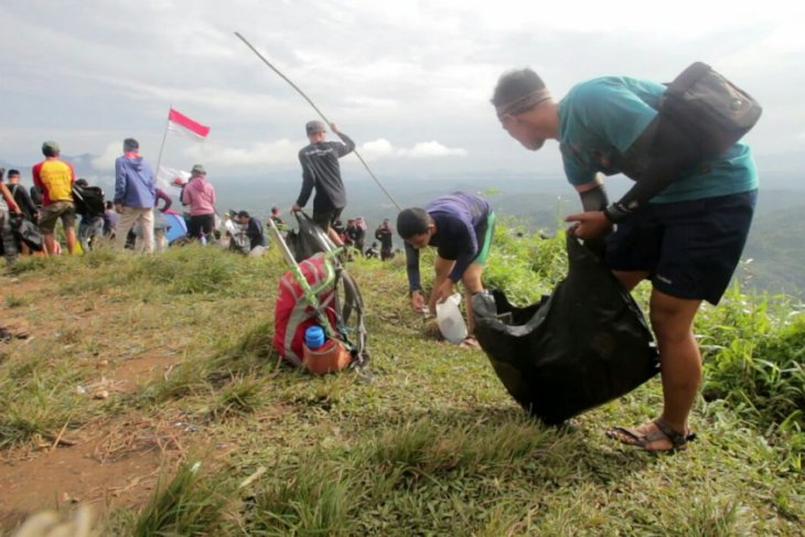400 tourism activies clean up Bukit Jamur