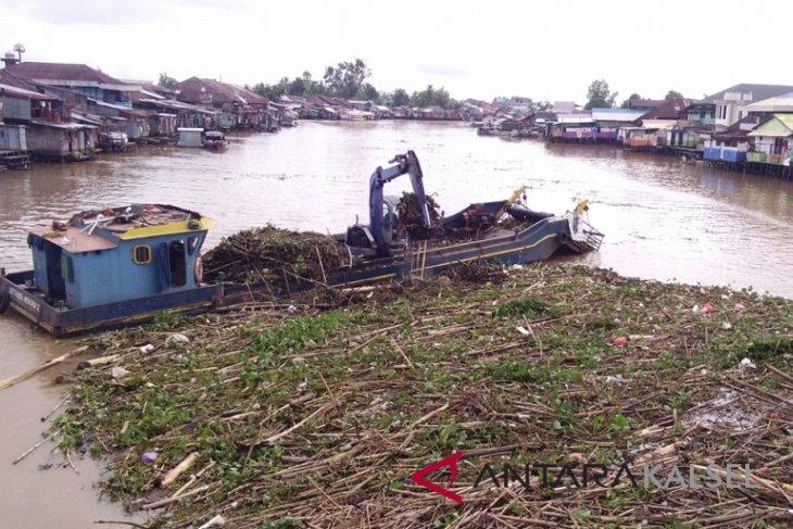 Sungai Martapura Banjarmasin diserbu ratusan ton sampah
