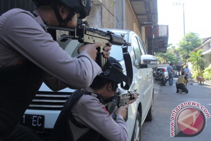10 injured in surabaya police headquarters bomb attack