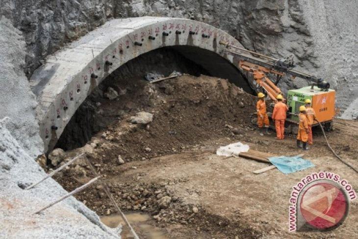 Tiga pekerja tewas di terowongan jalan raya yang terendam banjir