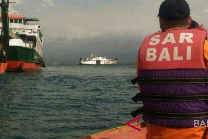 Basarnas evakuasi penumpang kapal Selat Bali