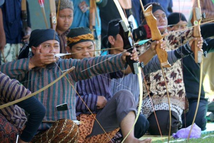 Lomba  panahan tradisional di Surabaya