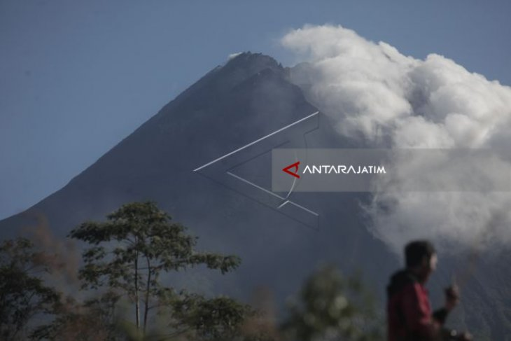 Mount Merapi spews hot clouds 1,000 meters from summit