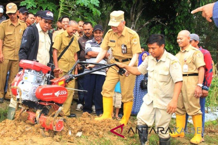 Dinas Pertanian Mukomuko Bengkulu bagikan alsintan kepada petani