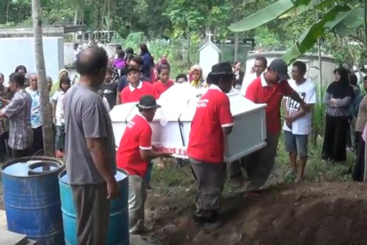 Isak Tangis Warnai Pemakaman Siswi Bunuh Diri di Blitar