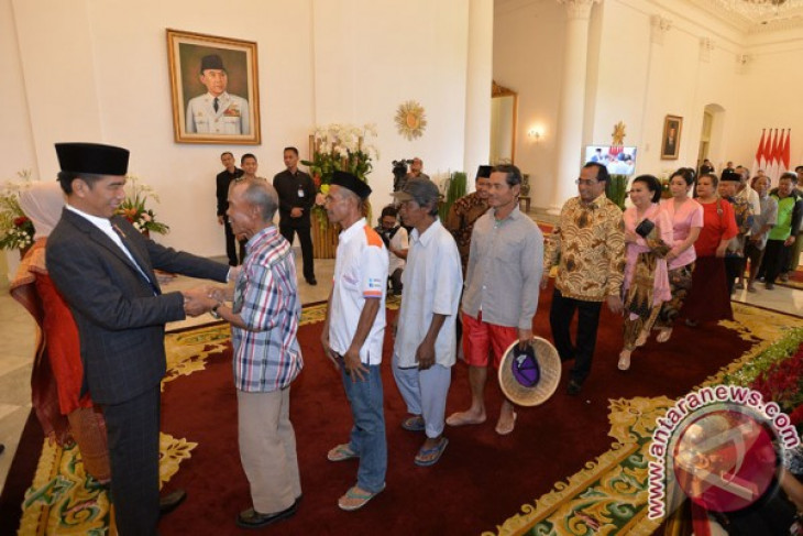 President receives community members, state officials after prayers