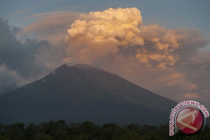 East Java`s two airports closed due to Mount Agung eruption