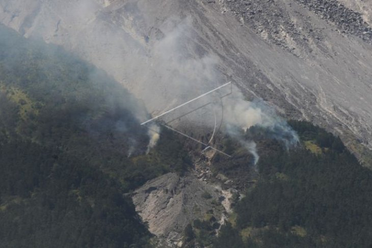 Forest on Mt  Merapi's slope catches fire