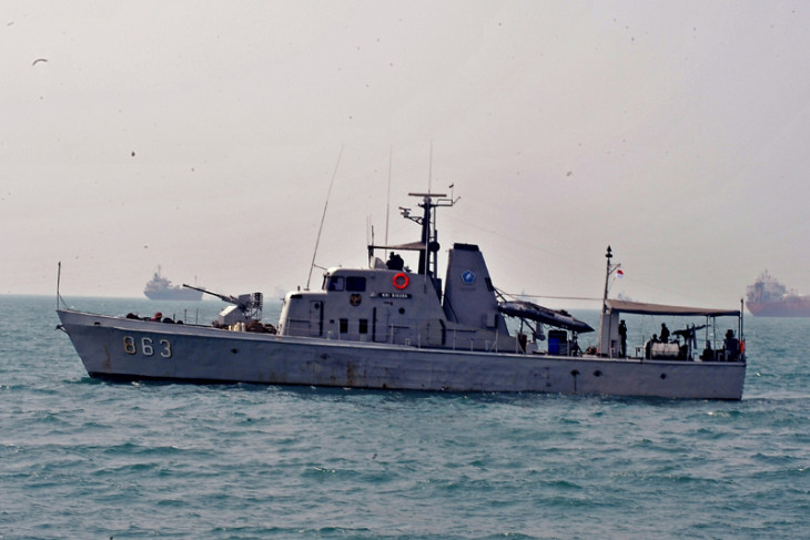 Navy dispatches warships to search crashed Lion Air