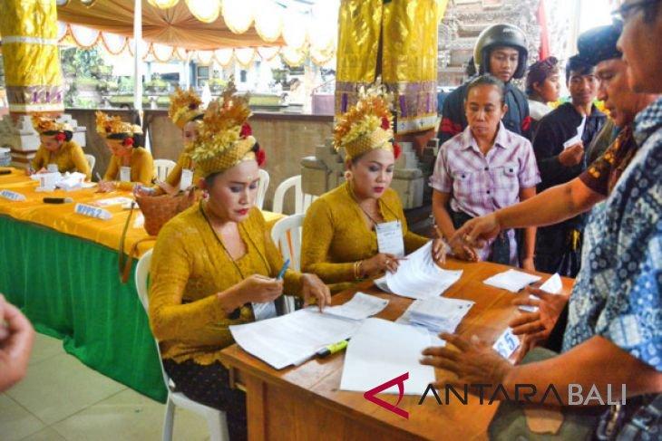 Anggota PPS Badung kenakan pakai tenun Bali