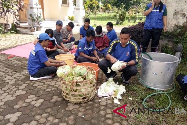 Relawan bantu siapkan makanan Pengungsi Gunung Agung