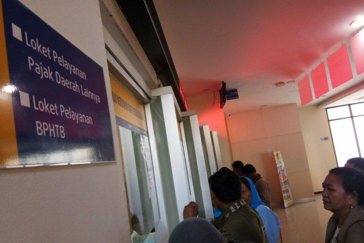 Penunggak pajak Karawang dipasangi stiker tanda menunggak pajak