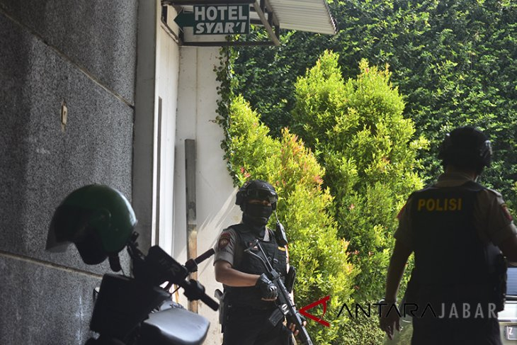 Penggeledahan tempat usaha terduga teroris