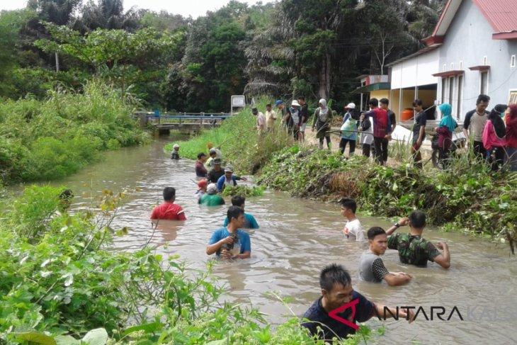 Koramil 1003-02 Padang Batung karya bakti bersihkan saluran irigasi