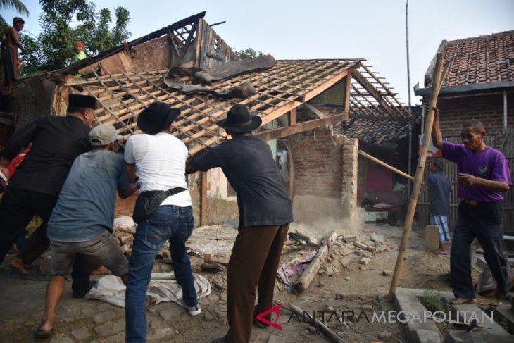 Jawara Karawang terharu rumahnya dirobohkan Dedi Mulyadi