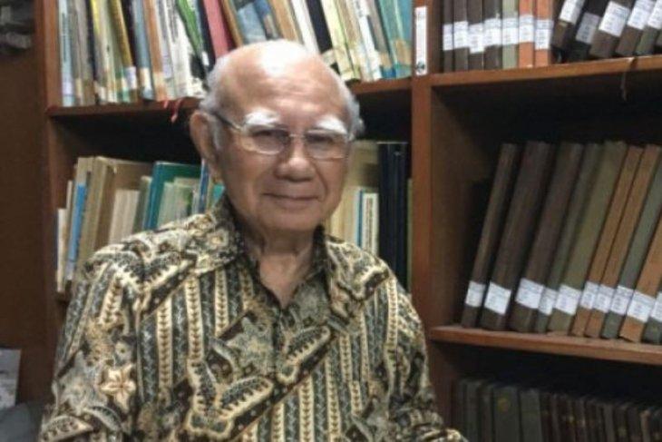 Ekonom Emil Salim raih penghargaan  lansia teladan
