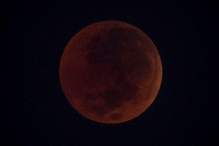 Gerhana bulan terpanjang memesona para pengamat