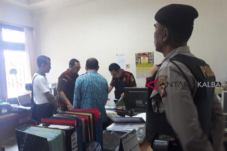 Kejaksaan Negeri geledah ruang sekretariat DPRD Mempawah