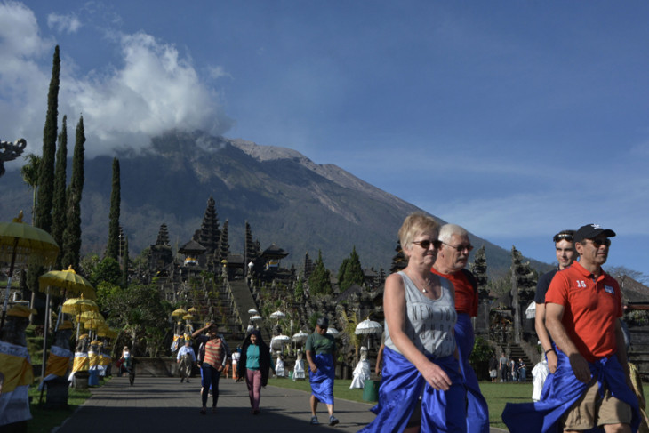 Tourist visits to Besakih unhindered by mount Agung`s volcanic eruption