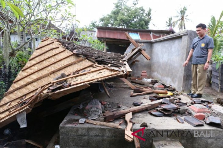 Bupati Klungkung tinjau bangunan rusak