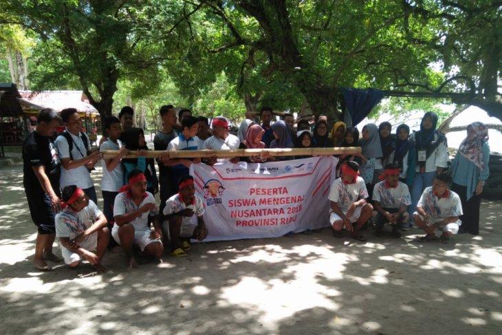 BUMN Hadir - Peserta Siswa Mengenal Nusantara ikut atraksi Bambu Gila