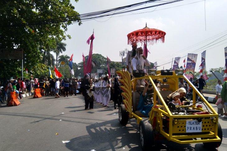 Ribuan warga menyaksikan kemeriahan Festival Helaran Bogor