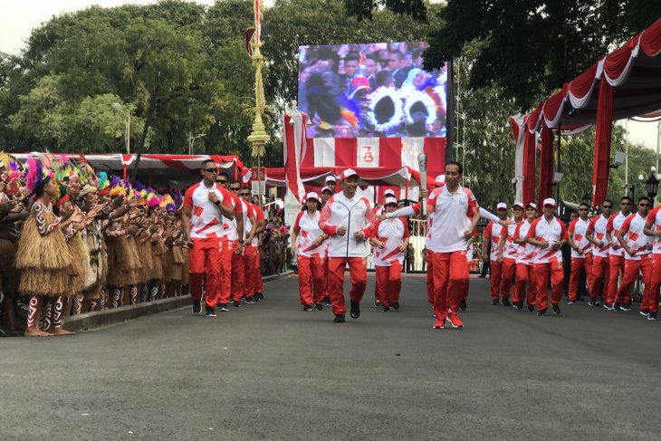 President Jokowi runs with Asian Games torch at state palace