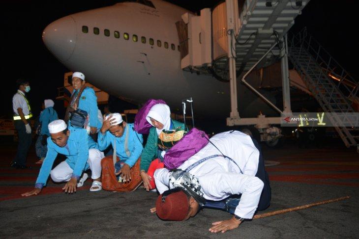 Jamaah haji debarkasi Surabaya kloter pertama tiba di Tanah Air