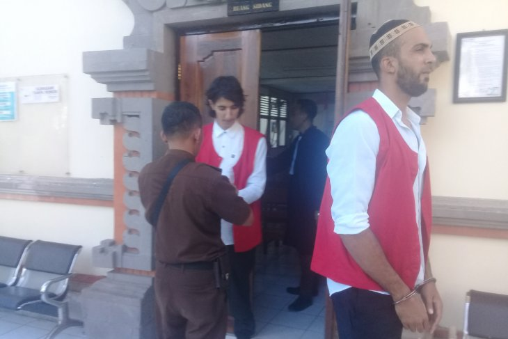 Tiga warga Aljazair mencuri diadili