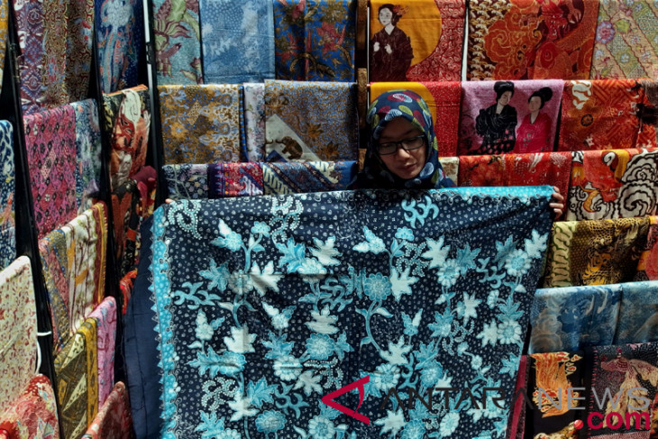 IMF-WB - Batik Lasem craftsmen use environmentally-friendly natural dyes