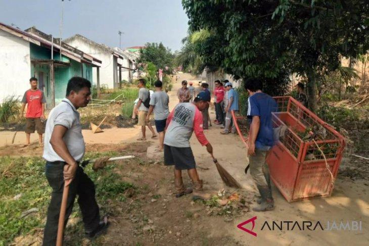 BUMN Hadir - PTPN Holding bantu bersihkan pemukiman warga