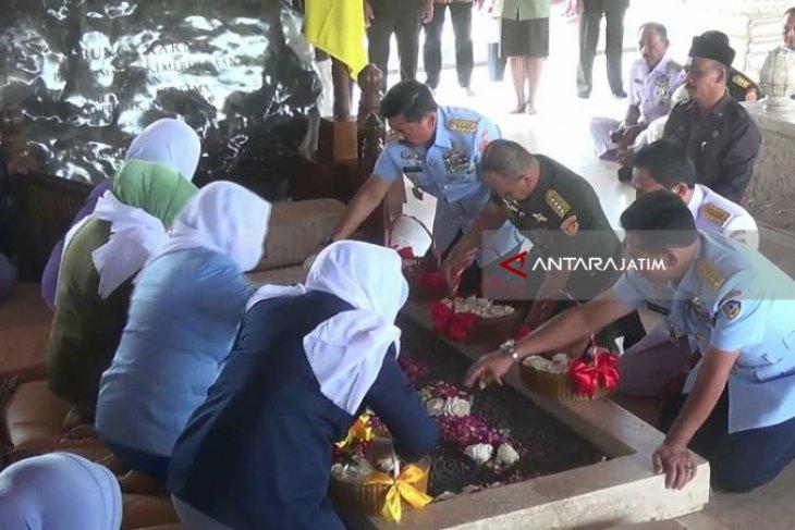 Panglima TNI Ziarah ke Makam Mantan Presiden Soekarno (Video)