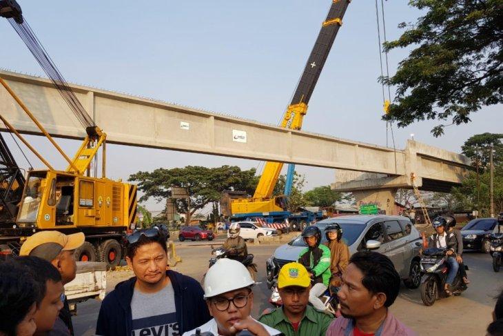 Penyangga jembatan layang Tegal Gede Bekasi dipasang