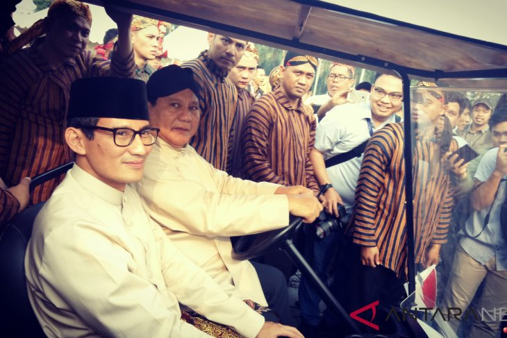 Prabowo,  Sandiaga wear traditional attires during Peace Declaration