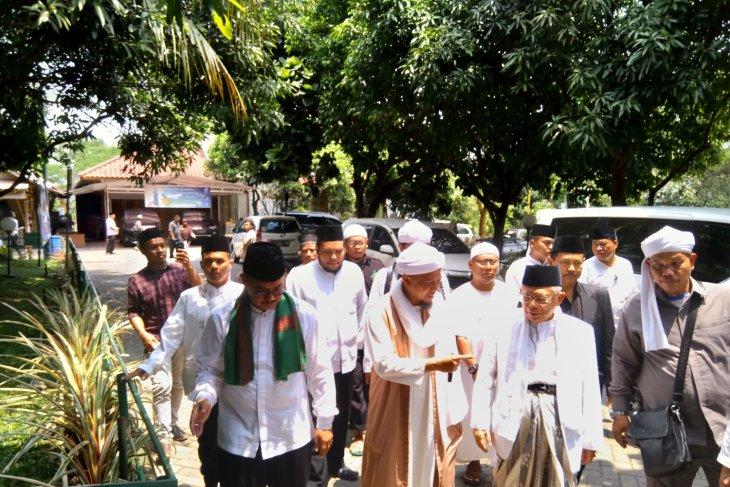 KH Ma'aruf Amin isi khutbah Jumat di Az-zikra