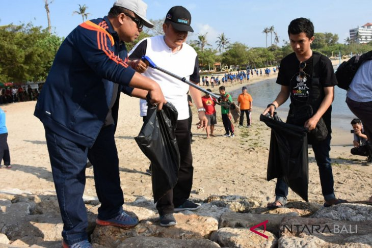 KKP ajak ratusan pelajar Bali pungut sampah di Pantai Mertasari (video)