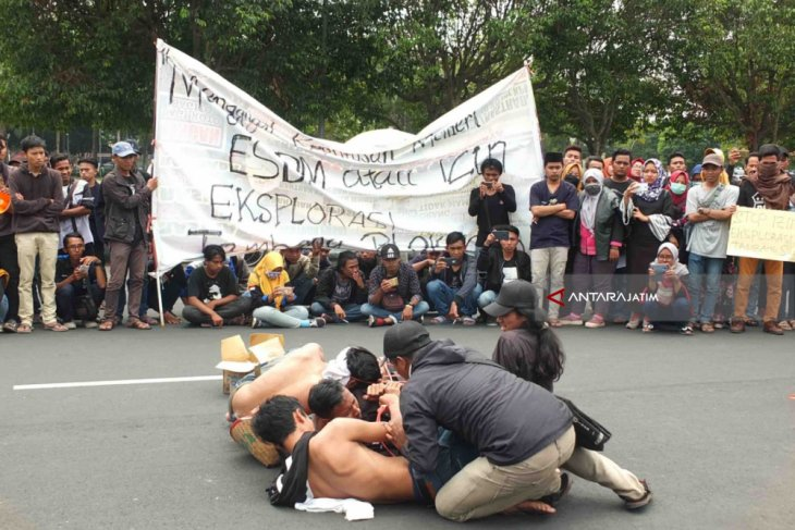 PMII Jember Demo Tolak Tambang Emas di Silo