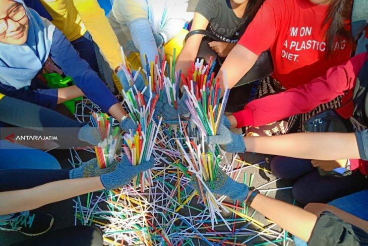 Komunitas Nol Sampah Kampanyekan Diet Sedotan Plastik di Surabaya