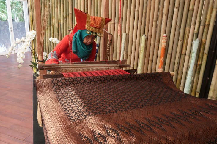 IMF-WB - Craftswomen show beauty of pandai sikek woven cloth
