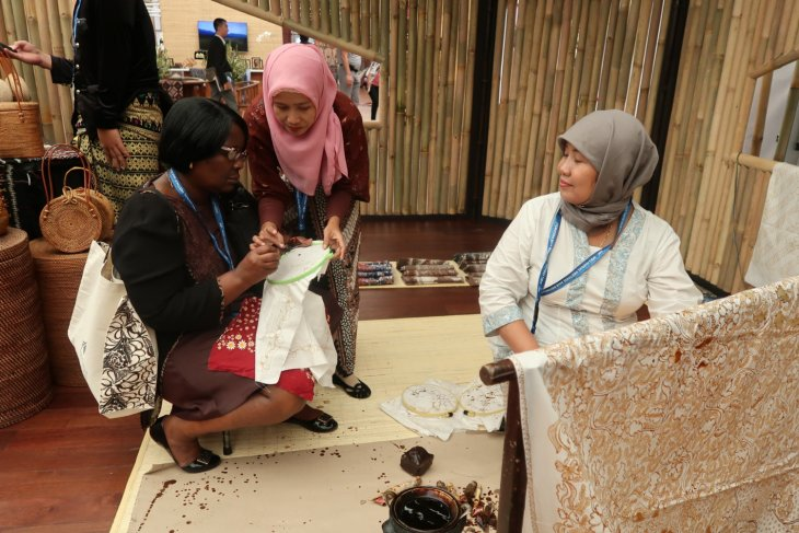IMF-WB - Lasem handmade batik attracts Indian visitors in Indonesia Pavilion