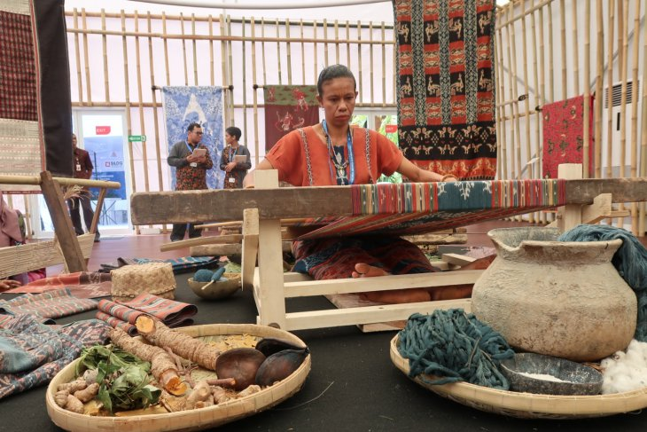IMF-WB - Sumba ikat woven fabric attracts IMF-WB delegates