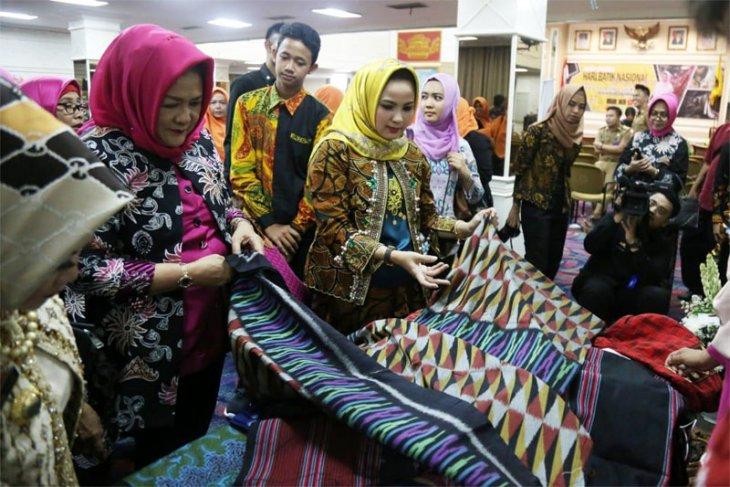 Yustin Ridho Ficardo: Lestarikan dan Gunakan Batik Khas Lampung