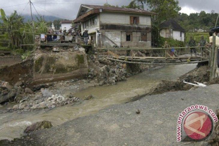 Flood sweeps away three homes in Manokwari