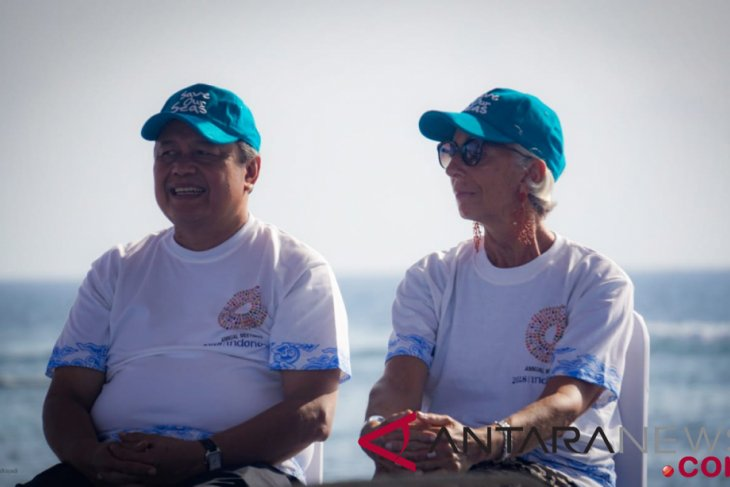 Indonesian, IMF officials plant coral reefs in Nusa Dua