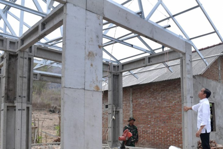 Jokowi reviews construction of quake-resistant houses in W Sumbawa