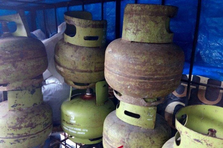 Masyarakat Nias mengeluhkan mahalnya harga LPG 3 kg