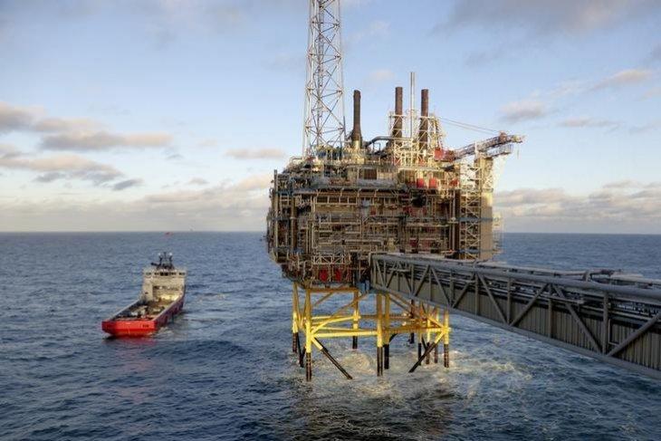 Harga minyak naik tetapi mengakhiri minggu liar dengan lebih rendah